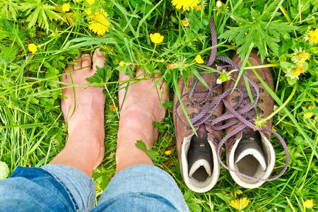 persona caminando: Descalzo en la naturaleza
