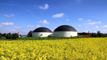 Bio gas plant in een verkrachting veld Stockfoto