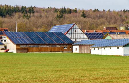 태양 지붕이있는 작은 마을 스톡 콘텐츠