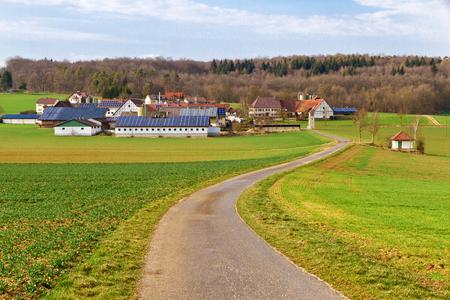 Camino a la aldea solar Foto de archivo - 33431294