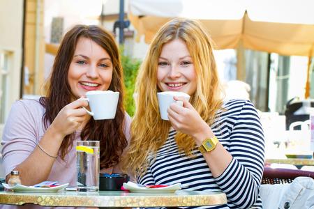 comedor escolar: Dos mujeres jóvenes en un café Foto de archivo