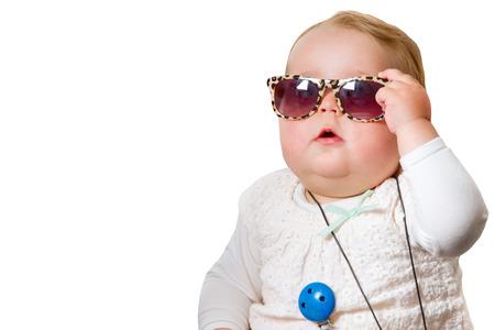 Bebé divertido con las gafas de sol, aislado en blanco