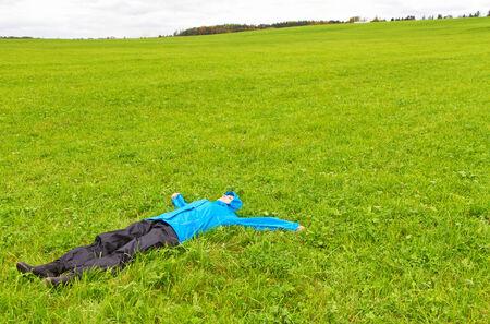pantalones abajo: Youn mujer acostada en un prado verde Foto de archivo