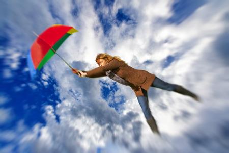 donna volante: Donna volare con umbrealla Archivio Fotografico