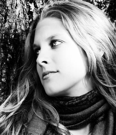 mirada triste: Potrait de una mujer rubia joven en blanco y negro