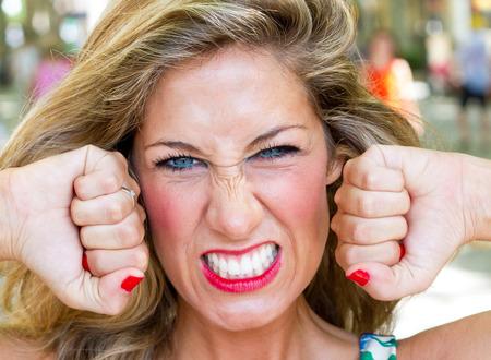 puños cerrados: Joven, mujer enojada Foto de archivo