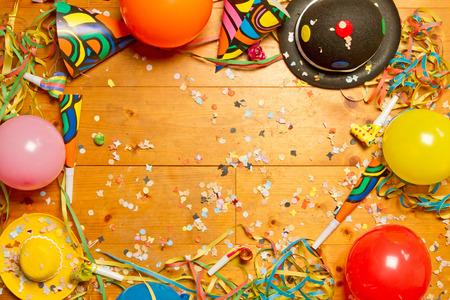 globos de cumpleaños: Artículo Partido en suelo de madera Foto de archivo
