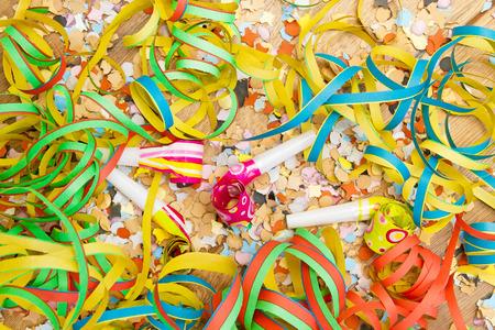 mascaras de carnaval: Serpentinas, confeti y cuernos Foto de archivo