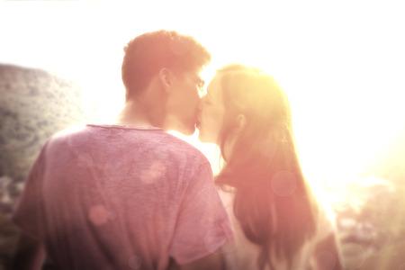 ragazza innamorata: Giovane coppia in sole