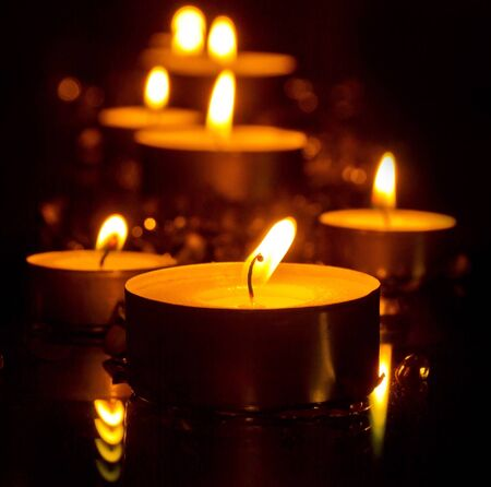 luz de velas: Luz de las velas en la noche Foto de archivo