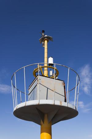 pluviometro: El tiempo Torre de la estación con el equipo de medición y predicción. Foto de archivo