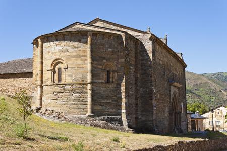 semicircular: Semicircular apse of the romanesque church of Santiago in Villafranca del Bierzo, Castile and Leon, Spain.