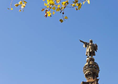 descubridor: Postal del monumento a Cristóbal Colón en Barcelona, ??Cataluña, España. Fondo del cielo azul y copyspace para el texto. Foto de archivo
