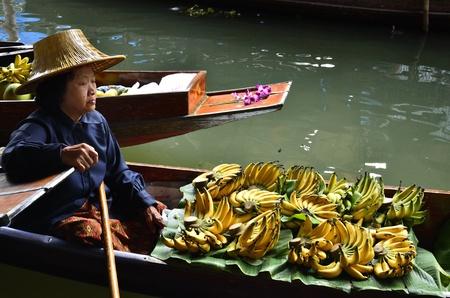 march� flottant: femmes sur le march� flottant. Ratchaburi, Tha�lande.