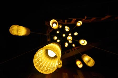 Lampe lumières sur un fond sombre.