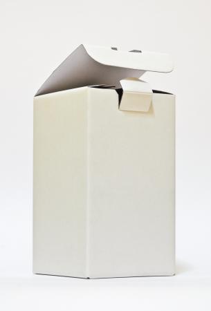 boîte blanche isolé sur fond blanc