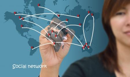 Business woman dessin de structure de réseau social dans un tableau blanc