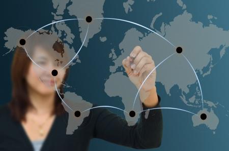 export and import: Mujer de negocios de la red de dibujo en el mapa mundial