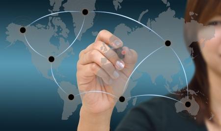 export and import: Mujer de negocios de dibujo de red en mapa del mundo