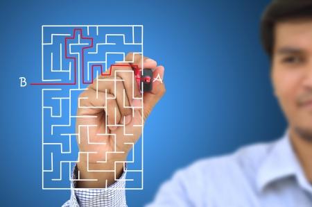 Businessman de trouver la solution labyrinthe écrit sur le tableau blanc