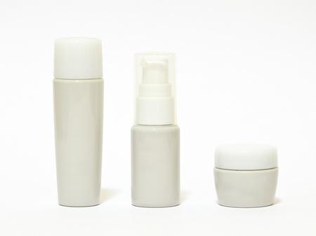 Trois tubes cosmétiques. Illustration sur fond rose Banque d'images