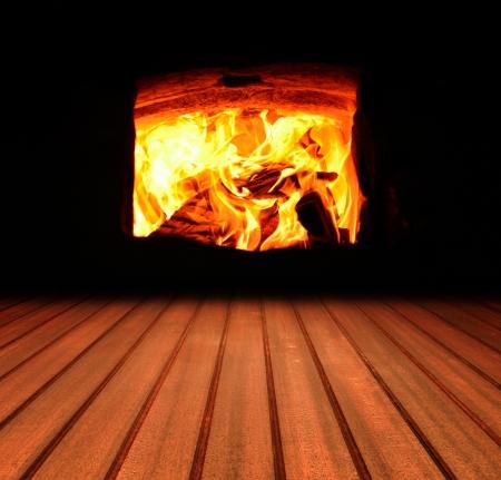 Feu d'hiver chaud avec du bois, les flammes, cendres, des braises de charbon de bois et de Banque d'images