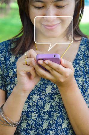 Jeune femme ouvrant la lettre dans le téléphone avec l'idée de la bande dessinée en blanc dans le parc.