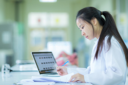 Scientifique Dans de travail en laboratoire