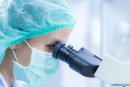Scientist analyser les maladies des plantes au microscope stéréo