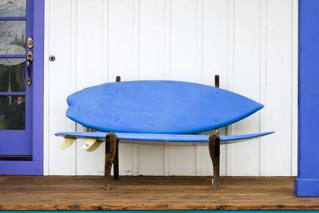 Een speelse surfplank bank op een veranda in Colorado  Stockfoto