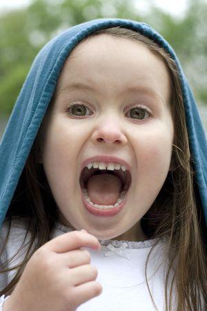 Vier jaar oude speel make-geloven buiten.