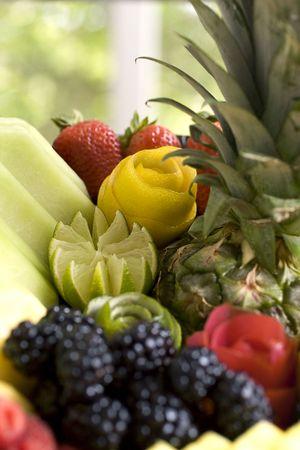 frutas divertidas: Pieza central de fruta refrescante con diversi�n guarnici�n de frutas