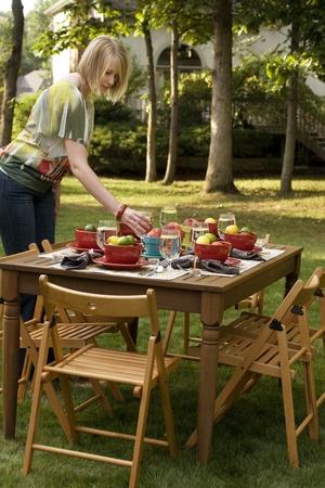 女性の屋外のディナー パーティーのテーブルの設定