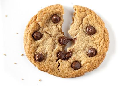 el chocolate galleta de chispas que se divide en el medio, con trocitos de chocolate se derrite. Foto de archivo