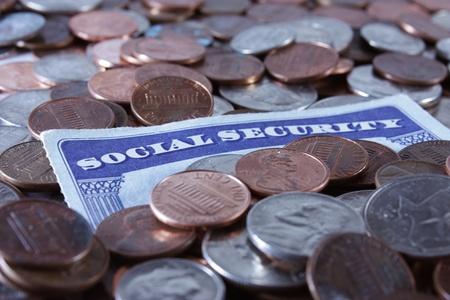 seguro social: Una tarjeta de Seguridad Social rodeada de monedas