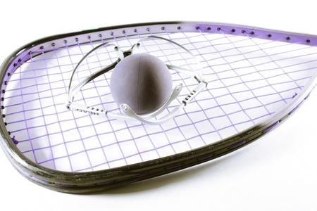 racquetball: Raqueta de Raquetbol, pelota y gafas aislados en fondo claro