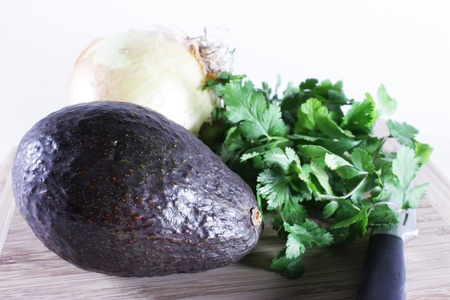 кинза: Ingredients, avocado, onion, cilantro used to make guacamole