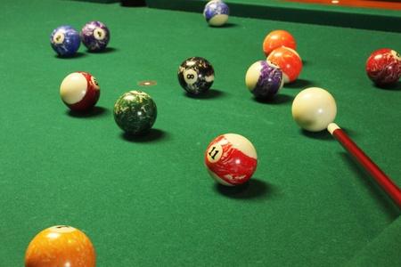 Table de billard, des bals et bâton à jouer pool