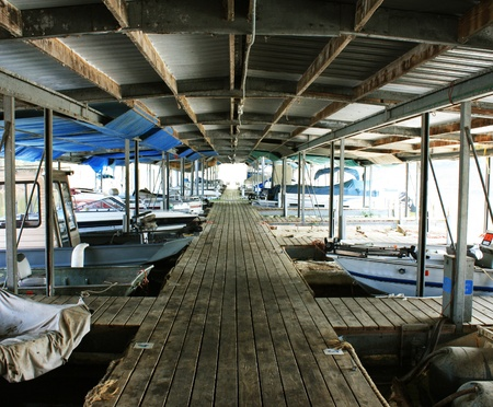 Covered boat slips at Holmes Bend Marina on Green River Lake Banco de Imagens