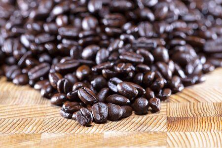 grain de caf�  sur une table en bois Stock Photo