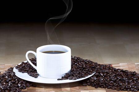 caf� colombien frais sur une table en bois