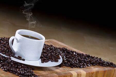 caf� colombien frais sur une table en bois Stock Photo