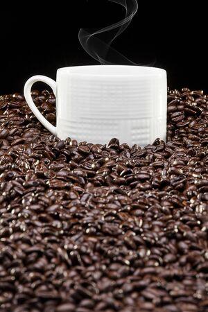tasse de café frais sur une minrage de grains de café Stock Photo