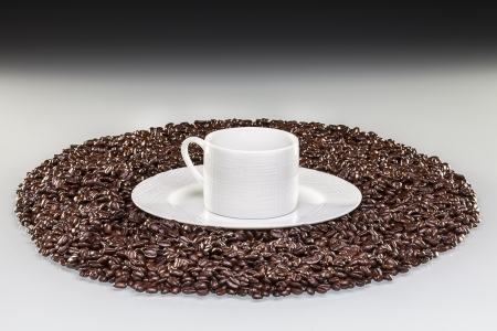 Tasse de café s'allume de graine de caftable blanche, noir fond Banque d'images - 19717320