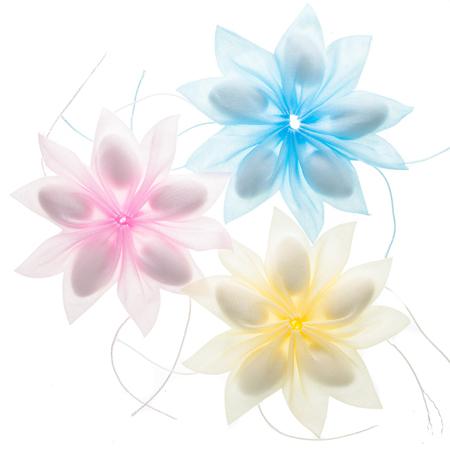 Farbige Konfetti-Bevorzugungen lokalisiert über weißem Hintergrund