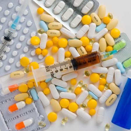 Una variedad de píldoras en el fondo blanco Foto de archivo - 81359267