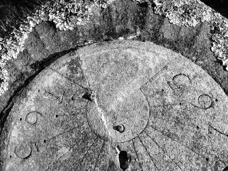 reloj de sol: reloj de sol cubierta de l�quenes Foto de archivo