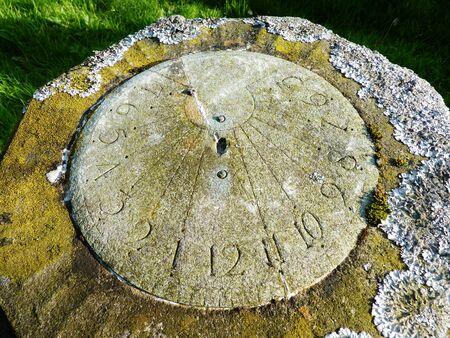 reloj de sol: reloj de sol en una piedra cementerio liquen