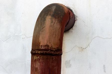 water pipe: Tubo de agua oxidado y la pintura Foto de archivo