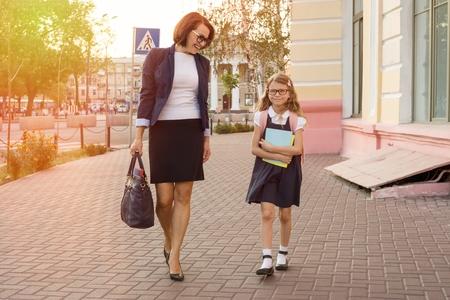 母の実業家は、学校に子供を取ります。都市の背景